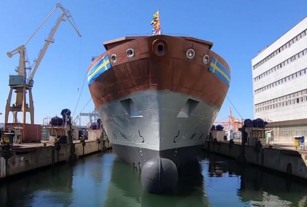 Stocznia Remontowa Nauta i PGZ Stocznia Wojenna coraz częściej realizują wspólne projekty. Ostatnio zakończył się kolejny etap budowy okrętu rozpoznania elektronicznego dla Królewskiej Szwedzkiej Marynarki Wojennej. Na terenie Stoczni Wojennej w Gdyni zwodowano kadłub okrętu. Teraz w stoczni Nauta zostaną przeprowadzone prace wyposażeniowe oraz instalacyjne.