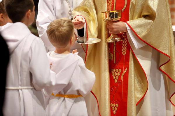 Pierwsza komunia to bardzo ważny moment w życiu dzieci z katolickich rodzin.