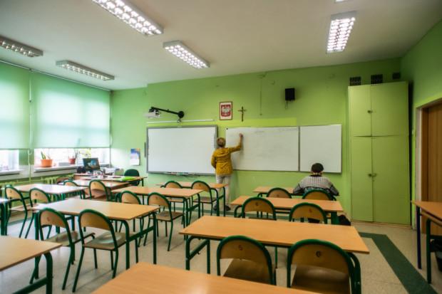 Zgodnie z przepisami strajkujący pracownik nie ma prawa do wynagrodzenia, a jako że nauczyciele dostają pensję z góry, powinni oddać teraz pieniądze za 18 dni, w których prowadzili strajk.