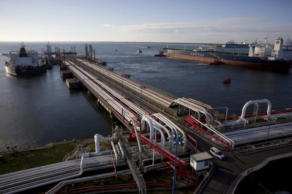 Dzięki dostawom surowca drogą morską oraz uwolnionym zapasom, Grupa Lotos ma zabezpieczone rezerwy ropy na kolejne tygodnie.