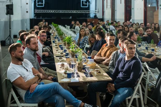 Uczestnicy spotkania zasiedli przy trzech długich stołach.