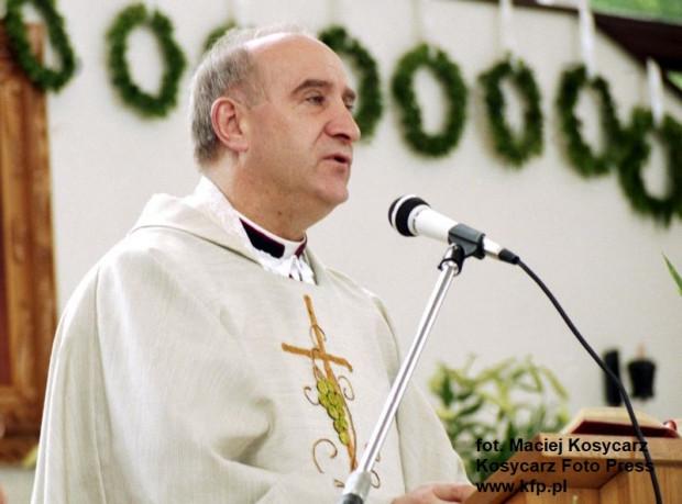 Ks. Franciszek Cybula w kościele pw. św. Stanisława Kostki na ul. Abrahama w Oliwie. Zdjęcie wykonane podczas uroczystości pierwszej komunii świętej w maju 1994 r.
