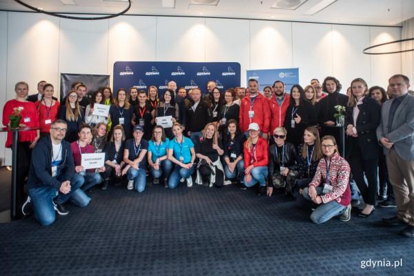 """Uczestnicy, organizatorzy i partnerzy gry miejskiej """"Spotkajmy się w Gdyni""""."""