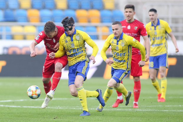 Maciej Jankowski pierwszy raz w życiu zagrał w masce, co nie przeszkodziło mu w zdobyciu w piątek ważnego gola dla Arki Gdynia. W poniedziałek napastnik znów podejmie wyzwanie.