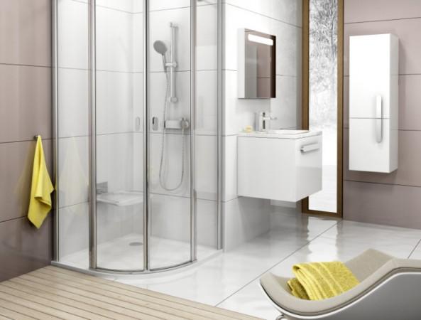 """Łazienka dla osoby starszej nie musi mieć od razu poręczy, ale urządzając mieszkanie """"na starość"""" warto uwzględnić bezprogową kabinę prysznicową i siedzenie, na którym można odpocząć po prysznicu."""