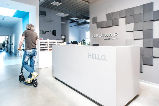Zespół Flowair bardzo często przemieszcza się po biurze za pomocą hulajnogi.