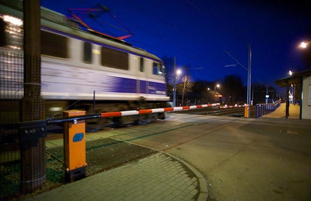 Młoda kobieta została potrącona przez pociąg przechodząc przez tory na Oruni (zdjęcie poglądowe).