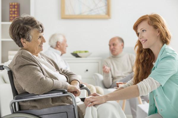 Osoba, która musi się zmierzyć z opieką nad niesamodzielnym krewnym często ma wiele pytań i wątpliwości. Stoi przed dylematem, jak przeorganizować codzienne życie, aby zapewnić właściwą opiekę.