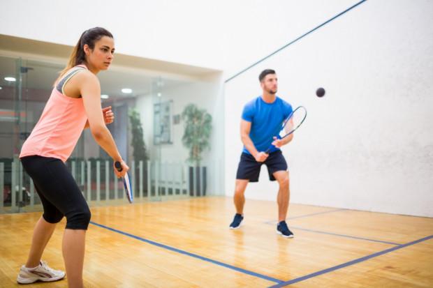 W ciągu godziny gry w squasha można spalić nawet 1000 kalorii.