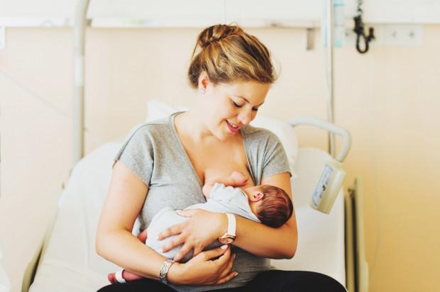 Światowa Organizacja Zdrowia zaleca karmić dziecko mlekiem matki min. do 6. miesiąca życia.