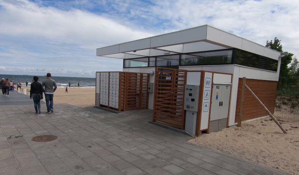 Toaleta przy wejściu na plażę nr 63 w Jelitkowie
