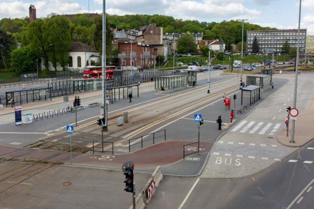 Urzędnicy tłumaczą, że nie mogą puścić ruchu autobusów na nowym węźle ze względu na trwające inwestycje na Podwalu Przedmiejskim i Biskupiej Górce oraz ze względu na protesty mieszkańców, pasażerów i rad dzielnic odnośnie nowej siatki połączeń wokół Forum Gdańsk.