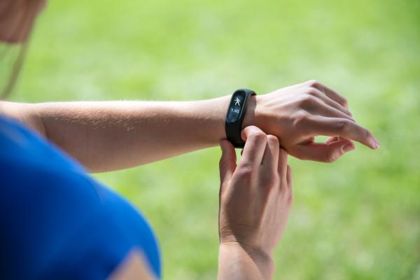 Sportowcy z pewnością docenią możliwości oferowane przez bardziej zaawansowane opaski, zaś amatorzy będą pod wrażeniem tego, co oferują choćby podstawowe funkcje smartbandów.