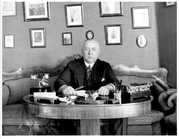 Znany przedwojenny jasnowidz, inż. Stefan Ossowiecki w swoim mieszkaniu. Zdjęcie z 1932 r.