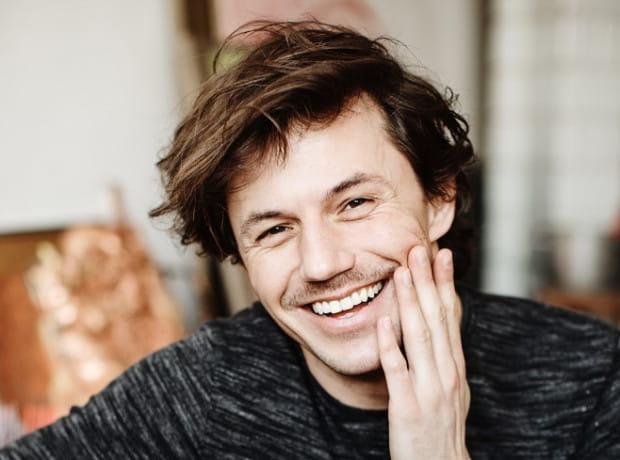Młody, zdolny i bardzo dowcipny - tak można podsumować Jakuba. Ma 33 lata i z powodzeniem łączy etat w Teatrze Wybrzeże z pracą na planie seriali telewizyjnych.