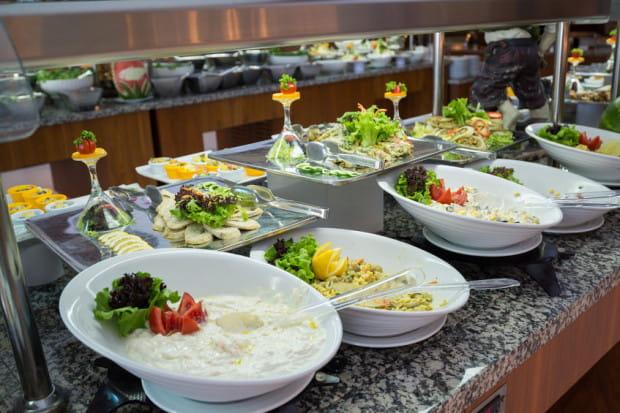 Kiedy hotelowy bufet ugina się od nieograniczonej ilości jedzenia, a barman proponuje kolejnego kolorowego drinka, trudno utrzymać swoje żywieniowe postanowienia.
