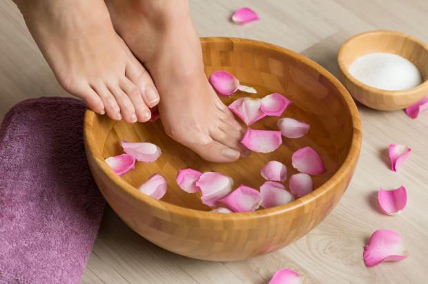 Idealny wstęp do zabiegu pedicure to kąpiel dla stóp w wodzie z mydłem lub solą morską, specjalnymi perełkami lub dodatkiem aromatycznych olejków