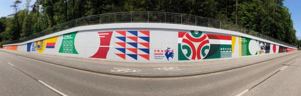 Piłkarski mural wykonali przedstawiciele stowarzyszania Traffic Design.