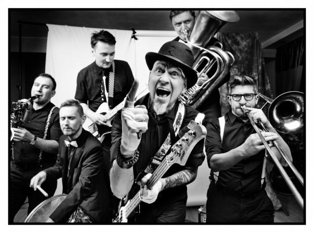 Olaf Deriglasoff: Cyrk jest bandą zwariowanych muzykantów, wędrowną trupą kuglarzy i wesołą kompanią rybałtów, których zadaniem jest wpaść do klubu i rozkręcić bibę.