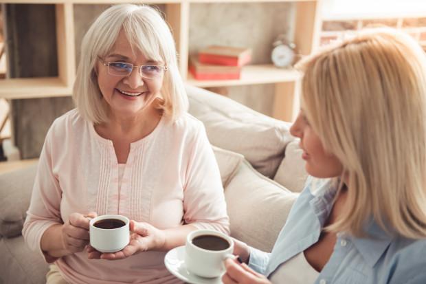 Dzień Matki jest raz w roku, ale o relację z mamą warto dbać każdego dnia. Najczęściej liczą się małe gesty: wspólna kawa, telefon z pytaniem co u niej, uwaga i troska.