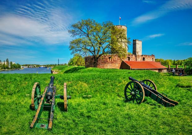 Bywały okresy w XVIII wieku, że w Twierdzy Wisłoujście i wokół niej mieszkało na stałe ok. 300 osób.
