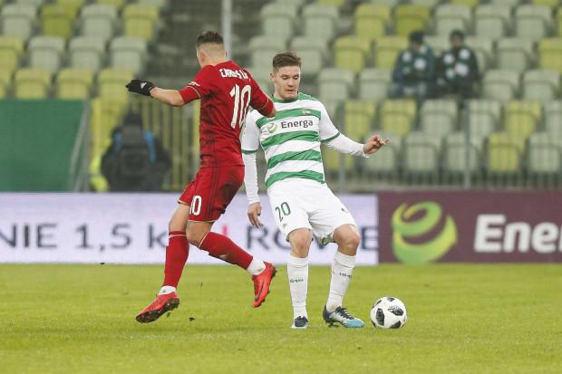 W kadrze Lechii Gdańsk na nowy sezon blisko połowę składu mają stanowić młodzieżowcy. Jednym z nich będzie powracający z wypożyczenia do Wigier Suwałki Adam Chrzanowski (przy piłce).