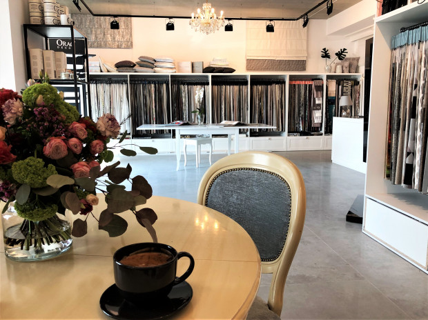 Wnętrze zyskuje swój niepowtarzalny charakter m.in. dzięki odpowiednio dobranym tkaninom, które znajdziemy w salonie 6Plus.