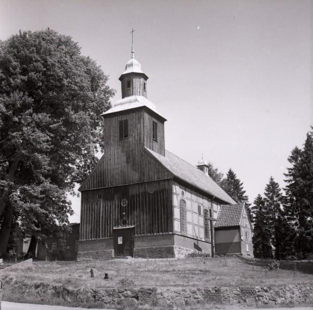 Kościół w Mechowie k. Pucka, gdzie 22 grudnia 1869 r. został ochrzczony Antoni Abraham, stan z lat 70. XX w. (ze zbiorów Muzeum Miasta Gdyni)