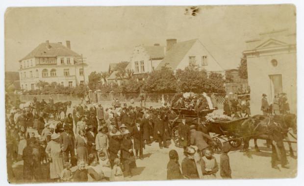 Pogrzeb Antoniego Abrahama. Kondukt na ul. Starowiejskiej w Gdyni, 1923 r. (ze zbiorów Muzeum Miasta Gdyni)