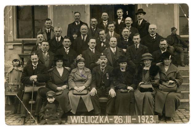 Antoni Abraham (siedzi w środku) w czasie wycieczki Kaszubów do Wieliczki, 26.03.1923 r. (ze zbiorów Muzeum Miasta Gdyni)