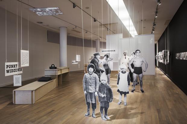 """W ramach projektu """"Co widzisz?"""" w muzeum oraz na terenie miasta zaaranżowano szereg sytuacji służących patrzeniu na zdjęcia."""