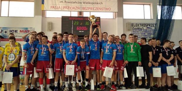 Szczypiorniści Wybrzeża z rocznika 2002 (w niebieskich koszulkach) dwa lata temu zdobyli złoto mistrzostw Polski młodzików. Teraz powtórzyli sukces w juniorach młodszych.