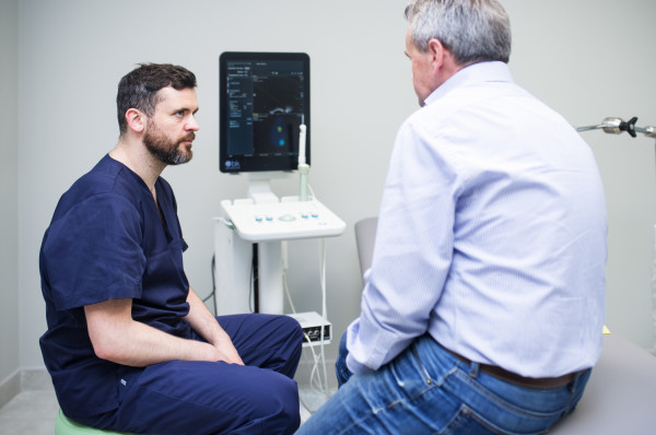 Rak prostaty to nie wyrok, ale trzeba się badać - po 40. roku życia zaleca się  pierwszą kontrolę w poradni urologicznej, a regularne, coroczne wizyty, od 50. roku życia. Na zdj. dr n. med. Tomasz Drabarek z pacjentem.