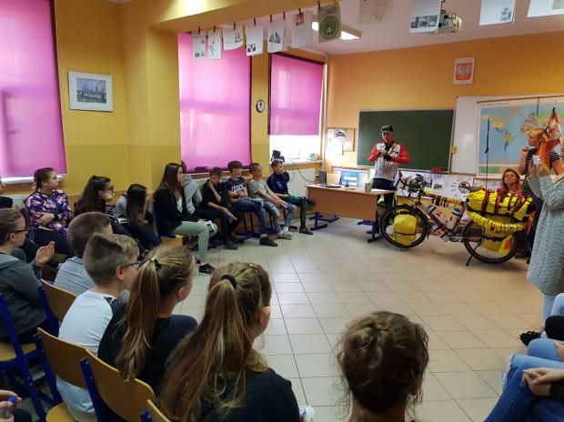 George opowiada uczniom Szkoły Podstawowej nr 1 w Żukowie o swoim życiu i wyprawach.