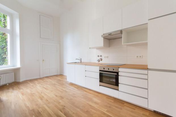 Mieszkania na wynajem bez mebli zwykle mają wykonaną zabudowę kuchenną oraz kuchenne AGD.