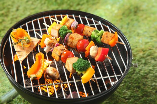 Warto zrezygnować z dużej ilości tłustego mięsa i grillować również warzywa lub owoce.