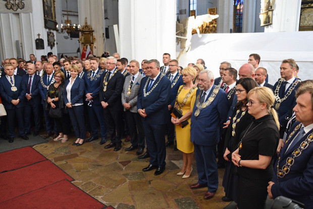 Od poniedziałku w Gdańsku gości około 1000 samorządowców z całej Polski, wczoraj spotkali się na modlitwie ekumenicznej w bazylice Mariackiej oraz oddali hołd pochowanemu tam Pawłowi Adamowiczowi.