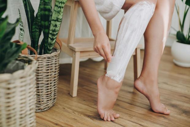 Jeżeli używasz do depilacji zwykłej maszynki, pamiętaj, by golenie nigdy nie odbywało się na sucho!