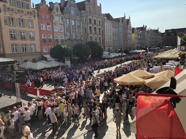Na 20 minut przed rozpoczęciem wiecu na Długim Targu zgromadziły się już setki obserwatorów. Zdjęcie dzięki uprzejmości Strefy Historycznej Wolne Miasto Gdańsk.