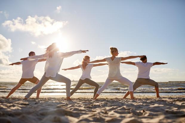 W okresie letnim warto wykorzystać warunki na plaży do przeprowadzenia praktyki jogi.