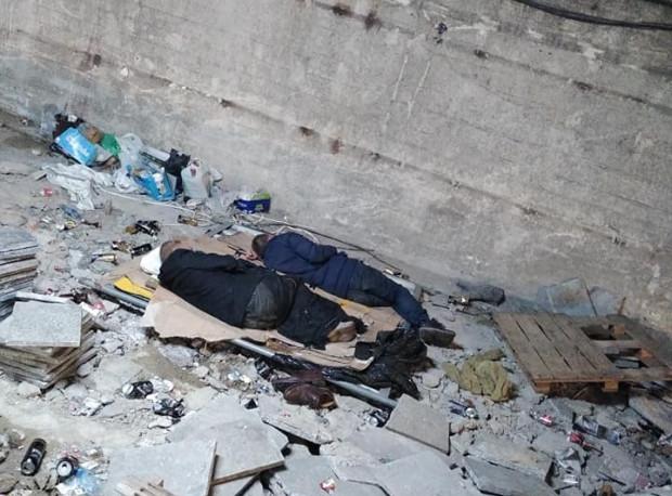 Bezdomni nocują w tunelu na dworcu, bo to dla nich atrakcyjna lokalizacja.