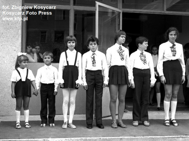 Kilkadziesiąt lat temu nikt nie miał wątpliwości co do tego, jak powinien wyglądać strój galowy. Dziś podchodzimy do tej kwestii bardzo elastycznie. Na zdj. rozpoczęcie roku w Szkole Podstawowej nr 79 przy ul. Kołobrzeskiej na gdańskim Przymorzu.