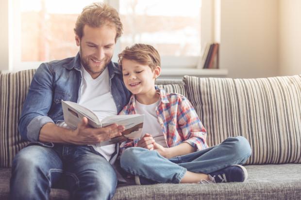 Czytanie dzieciom ma niezwykłą moc, a gdy czytają maluchom najbliżsi, siła takiego głośnego czytania jest nieprawdopodobna.