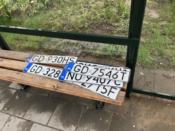 Znalezione tablice rejestracyjne przechodnie układali na pobliskich przystankach komunikacji miejskiej.