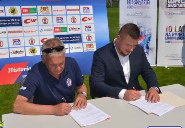 Umowa sponsorska została podpisana przez prezesa klubu Władysława Barwińskiego i właściciela firmy Piotra Wróblewskiego. Z nowym sponsorem Gedania ma zdążyć awansować do III ligi na 100-lecie, a więc do 2022 roku.