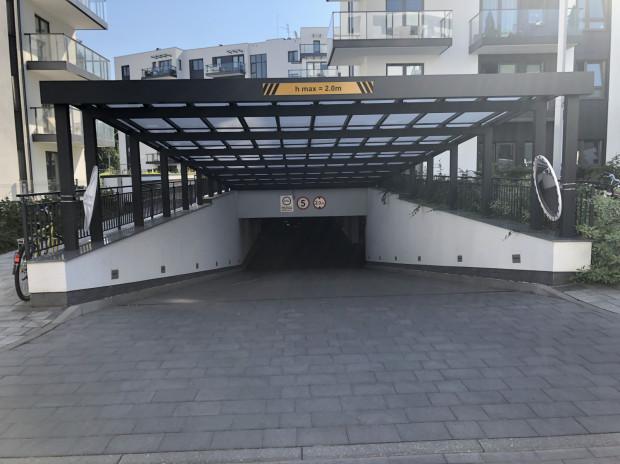 Zjazd do garażu podziemnego ma wyraźne oznaczenie, że przeznaczony jest dla pojazdów do 2 metrów wysokości. Jest także zbyt pochyły, a podłoże nie udźwignie wielokrotnych przejazdów śmieciarki.