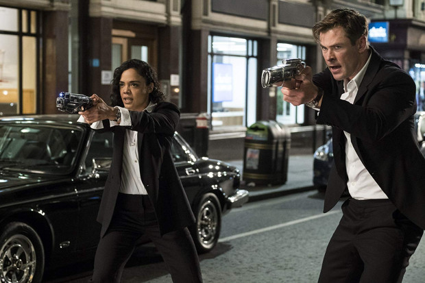 Agenci M (Tessa Thompson) i H (Chris Hemsworth) tropią tajemniczy Rój zagrażający Ziemi. W dodatku muszą namierzyć zdrajcę, który członkom Agencji skutecznie myli tropy.