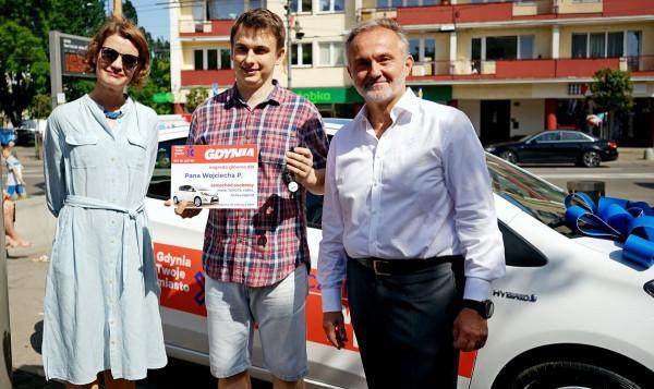 Pan Wojciech (w środku), zwycięzca loterii, samochód podaruje żonie.