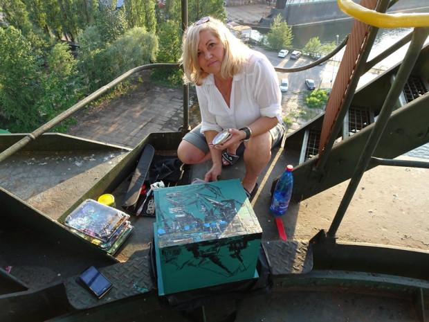 Artystka Barbara Wypustek i pomalowana skrzynka.