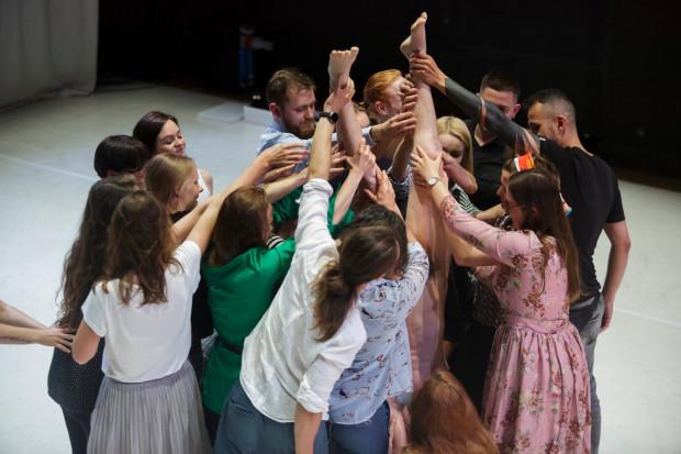 """Spektakl """"Fashion"""" wieńczy performans z udziałem widzów, którzy przytrzymują zupełnie nagą tancerkę stojącą na rękach."""